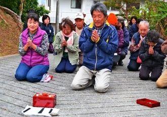 沖縄市内で唯一残っている、疫病や災厄を払う儀礼「シマカンカー」を執り行う与儀自治会の住民ら=12月22日、市与儀