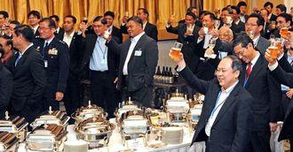 高良副知事の音頭で乾杯する日本とASEANの防衛担当者ら=18日午後、宜野湾市・ラグナガーデンホテル