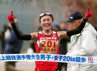 女子で1時間28分26秒で5連覇を果たした岡田久美子=神戸市