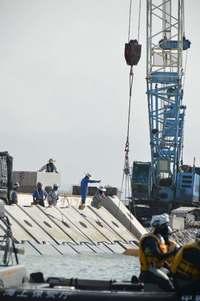 辺野古「K4」護岸工事進む 海上から抗議、延べ22艇拘束