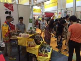 沖縄の物産に、多くの来場者が興味を示した=中国・山東省済南市(琉球経済戦略研究会提供)