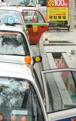 路上に並び客待ちするタクシー=那覇市内