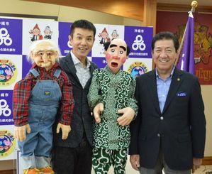 ちゃんぷるー沖縄市大使になったいっこく堂さん(左)と桑江沖縄市長=22日、沖縄市役所