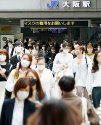 JR大阪駅前を歩くマスク姿の人たち=7日午前
