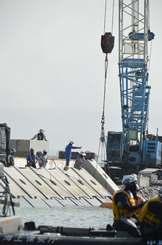 被覆ブロックの設置作業が進む「K4」護岸建設現場=17日、名護市辺野古