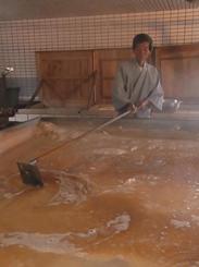 「粟国の塩 釜炊き」を作っている小渡幸信氏