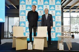 隈研吾氏(左)がデザインした椅子と、写真に納まる松岡市郎町長=14日午後、北海道東川町