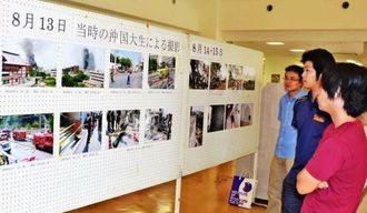 米軍ヘリ墜落の写真などが本館ロビーに展示された=11日、宜野湾市の沖縄国際大