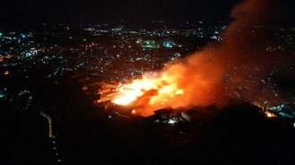 激しく炎を上げ燃える首里城