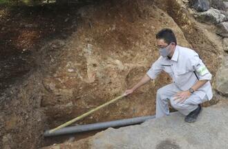 金閣寺庭園での発掘調査で見つかった排水管。設置工事で盛り土の一部が掘削されていたことが分かった=6日、京都市