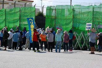 「辺野古を埋めるな」と抗議の声を上げる新基地建設に反対する市民ら=27日午前、名護市辺野古