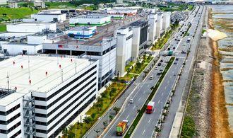 27日のパルコシティ(左)の開業で、交通渋滞が予想される西海岸道路=21日、浦添市西洲(小型無人機で撮影)