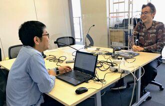 音声メディアの可能性を語る神田大介氏(右)と、聞き手の照屋剛志記者=25日、沖縄タイムス社