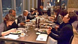 自ら作った野菜をホテルメニューで味わう南城市の生産者ら=那覇市・リーガロイヤルグラン沖縄