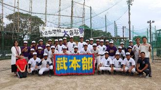 「武本部(ぶーむとぅぶ)」の鶴文字を前に意気込む本部高野球部員ら=6月25日、同高グラウンド