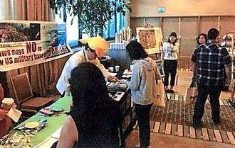 アジア・太平洋アメリカ人労働連合(APALA)25周年大会総会で新基地建設を巡る現状を訴えるオール沖縄会議の第2次訪米団のメンバーら=18日、カリフォルニア州アナハイム市