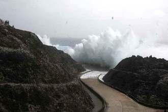 台風21号による高波がぶつかり、高さ10メートルほどの波しぶきを上げる南大東村亀池港=21日午前11時15分ごろ