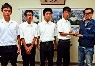 「らい君を救う会」に寄付金を渡す、北谷高校の蔵前勇人君(右から2人目)と友人たち=北谷町桑江の同校