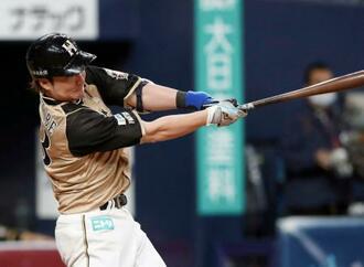 6回日本ハム1死一、三塁、渡辺が左前に適時打を放つ=京セラドーム