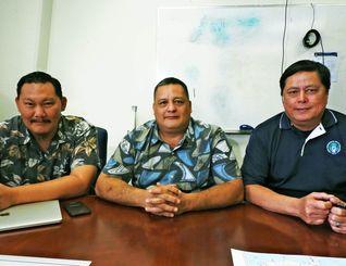 グアム政府環境保護局の(左から)ラプリー氏、ゲレーロ局長、クルス氏=グアム