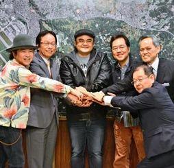 當山宏嘉手納町長(左から2人目)を表敬したBEGINのメンバーら=6日、嘉手納町役場