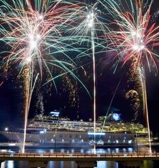 出港するクルーズ船を見送る色とりどりの花火=11日午後8時6分、那覇クルーズターミナル(金城健太撮影)