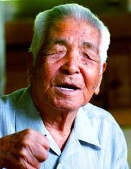 伊江島土地闘争の記録を数多く残し、後世に伝えようとした故阿波根昌鴻さん=1997年6月