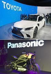 家電見本市「CES」でのトヨタ自動車の自動運転車(上)と、ハーレーダビッドソンに通信機器を提供するパナソニックのブース=8日、ラスベガス(共同)