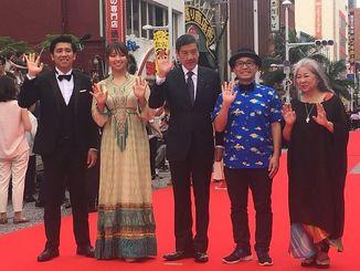 「洗骨」に出演した奥田瑛二、水崎綾女、山城智二と、監督・脚本を手掛けた照屋年之、主題歌も歌った古謝美佐子