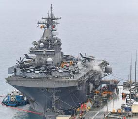 米軍ホワイトビーチに寄港中の米海軍の強襲揚陸艦「ワスプ」。オスプレイなどが搭載されている=16日正午すぎ、うるま市