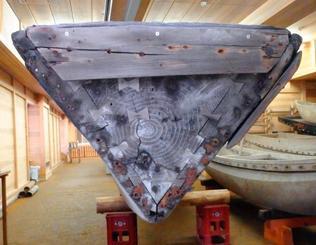 島根県文化財サバニの船尾部分。年輪の入った木が見える。調査に当たったサバニ職人の大城清さんは「丸木舟時代の名残ではないか」とみる(糸満帆掛サバニ振興会提供)