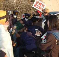ゲートに入る車両を止めようとして警官に排除される新基地建設に反対する市民=10日午前7時40分ごろ、名護市辺野古のキャンプ・シュワブゲート前