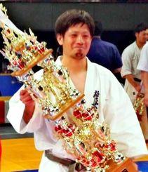 一般男子軽量級で2連覇を飾った県支部の喜久山泰道=大阪府ボディーメーカーコロシアム