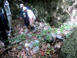 糸満市摩文仁に長年放置されている不法投棄のごみ(県提供)