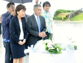 平和の礎に花を手向けるイゲ知事(写真前列右)とドーン夫人(同左)=糸満市摩文仁・平和の礎