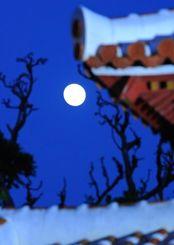171年ぶりに見られた「十三夜」の月=5日午後6時、首里城公園(松田興平撮影)