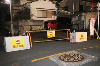 長崎市青山町の団地内を通る私道に、設置されているバリケード=14日夜