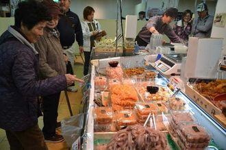 新潟の米や日本酒、海産物などを買い求める客でにぎわう「いいものいっぱい新潟展」=14日、那覇市・沖縄三越