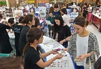 安室奈美恵さんがセレクトしたアイカラーを買い求める人たち=那覇市・サンエー那覇メインプレイス