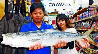 北部海岸で82センチ、3・1キロのヤマトナガイユーを釣った古堅たつきさん(左)=20日
