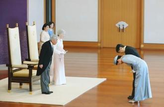 皇太子ご夫妻から即位30年の祝賀を受けられる天皇、皇后両陛下=24日午前、皇居・宮殿「松の間」(代表撮影)