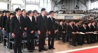 緊張した面持ちで入学式に臨む新入学生=4日午前、宜野湾市・沖縄コンベンションセンター展示棟