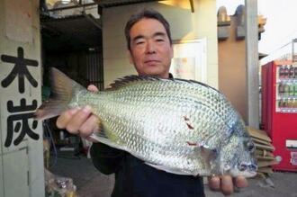 馬天港で48・2センチ、2・4キロのチンシラーを釣った米蔵守さん=3日