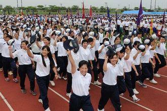 開会式でスタンドの声援に応えながら入場行進する選手たち=30日、沖縄市・県総合運動公園陸上競技場