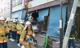 石川達紘弁護士が運転する乗用車が突っ込んだ金物店=18日午前、東京都港区(佐藤伸弘さん提供、ナンバープレートにモザイク加工しています)
