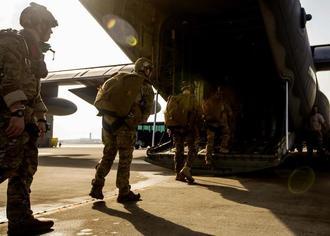 米各軍の特殊作戦部隊に所属する兵士らが参加し、米空軍嘉手納基地で4月に実施されたパラシュート降下訓練(米海兵隊提供)