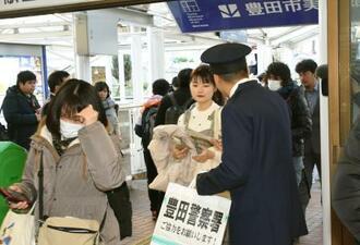 2008年5月に発生した清水愛美さん殺害事件の情報提供を呼び掛ける愛知県警の警察官=10日午前、愛知県豊田市の名鉄豊田市駅