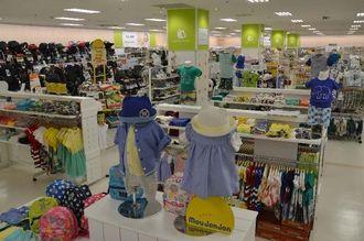 ブランド品を取りそろえた子ども服のコーナー=28日、北谷町のハンビータウン2階