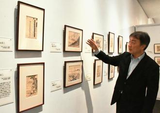 葛飾北斎の多彩な作品の魅力について語る浦上満さん=12日、浦添市美術館