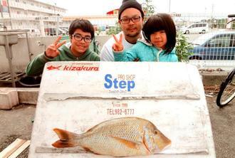 東村海岸で63センチ、3.9キロのタマンを釣った玉城斉さん=4日